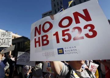 ¿Qué dicen las leyes anti-LGBT de Carolina del Norte y Misisipí?