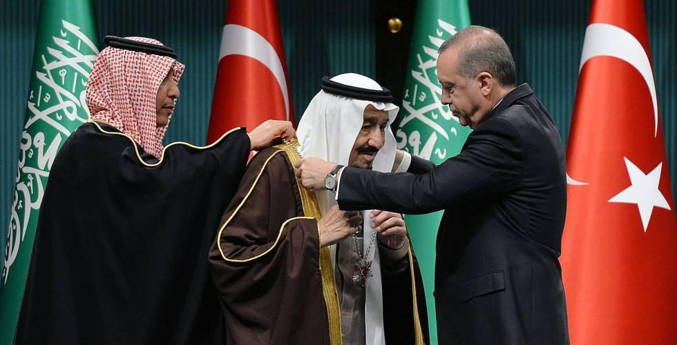 El presidente de Turquía, Recep Tayyip Erdogan, entrega el martes la medalla más alta del Estado turco al rey Salman de Arabia Saudí.