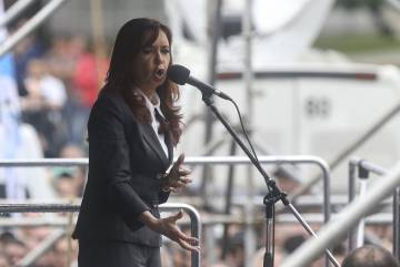 La expresidenta de Argentina, Cristina Fernández de Kirchner, saluda a la multitud tras declarar ante un juez