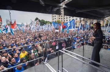 Decenas de miles de personas escuchan a Cristina Fernández de Kirchner tras su declaración ante un juez