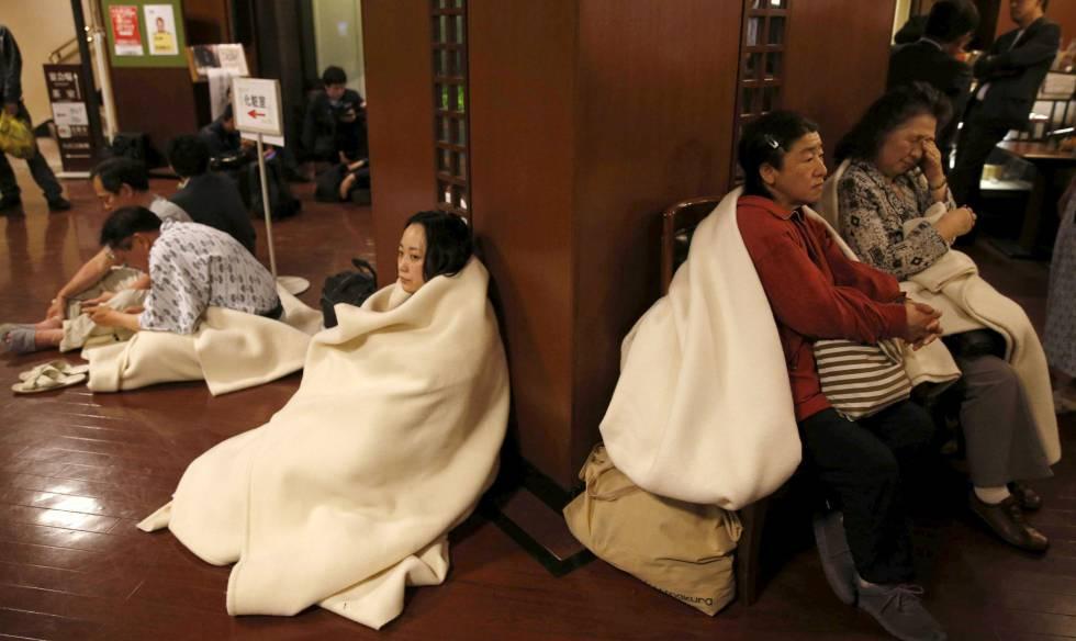 Huéspedes de un hotel de Kumamoto, en el recibidor del establecimiento tras el terremoto de este viernes.