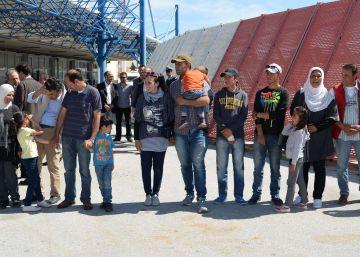 El Papa se lleva de Lesbos a 12 refugiados sirios para acogerlos