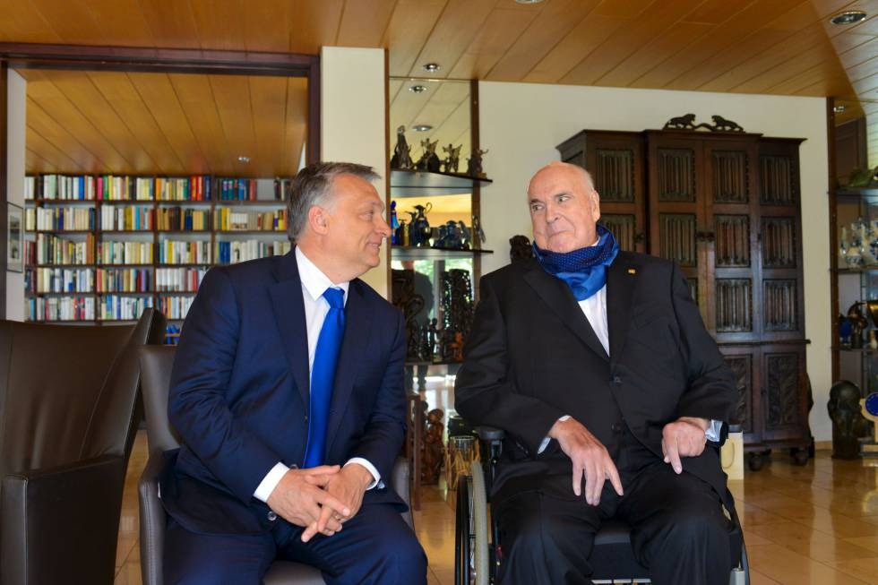 El primer ministro húngaro, Viktor Orbán, y el excanciller Helmut Kohl, en la casa de este en Ludwigshafen (Alemania), el 19 de abril.