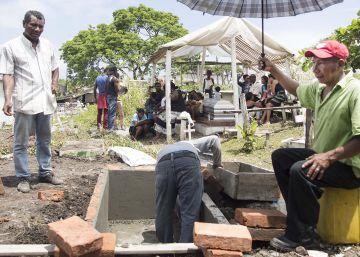 El colapso de los cementerios en Pedernales
