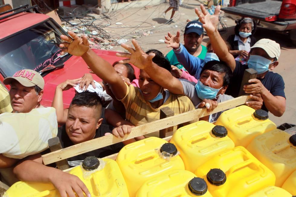 Pie de foto: Supervivientes del terremoto esperan a recibir ayuda el jueves en Manta