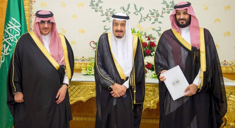 El rey Salmán de Arabia Saudí, flanqueado por el príncipe heredero, Mohamed Bin Nayef (izquierda), y por su hijo y viceheredero, Mohamed Bin Salmán.