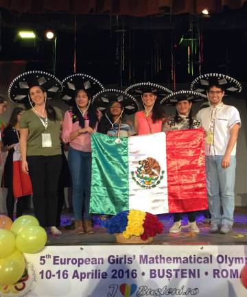 Olga Medrano (la tercera de derecha a izquierda) con los estudiantes mexicanos que viajaron a Rumania.