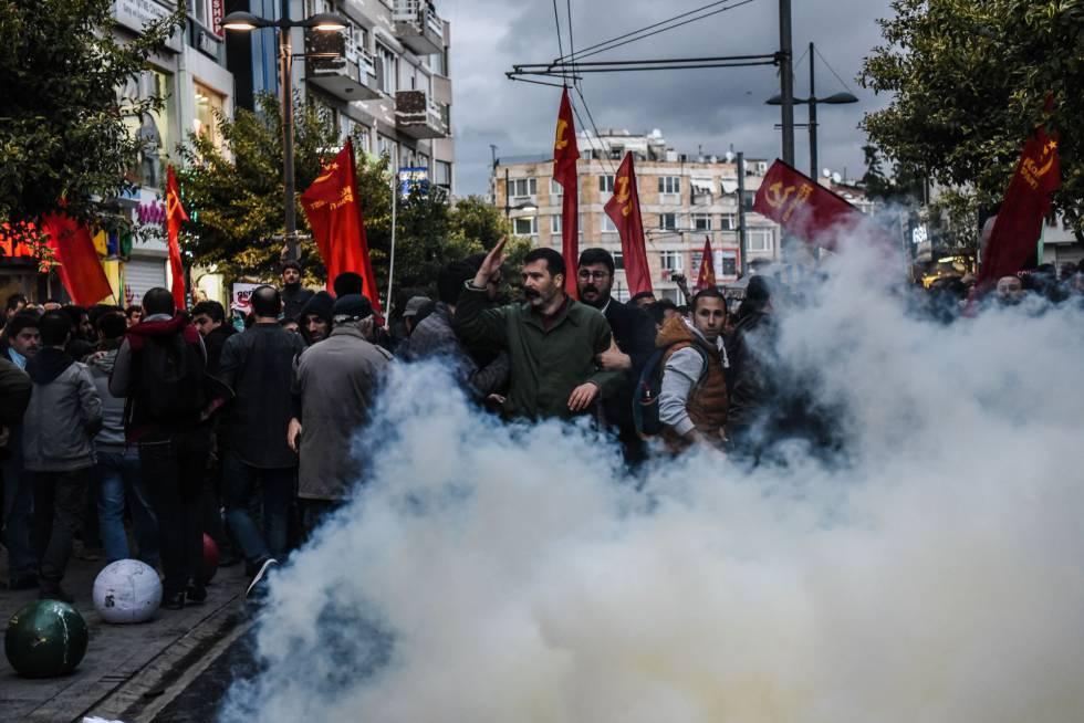 La policía turca utiliza gases lacrimógenos para dispersar una protesta en defensa del laicismo este miércoles en el distrito de Kadiköy de Estambul.