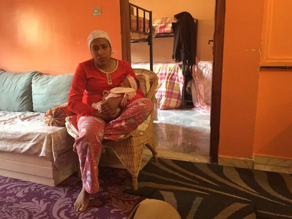 Sanan, madre soltera, reposa con su bebé en la casa de acogida de la ...