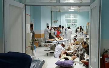Profesionales de MSF tratan a víctimas afganas de un ataque talibán en el hospital de Kunduz afectado por el bombardeo