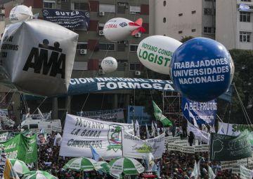 Sindicatos argentinos mostram seu poder com marcha contra Macri