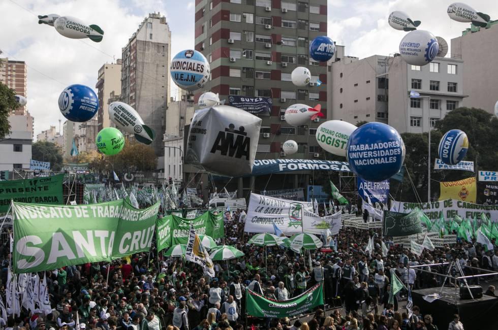 Los sindicatos argentinos muestran su poder con gran marcha contra Macri