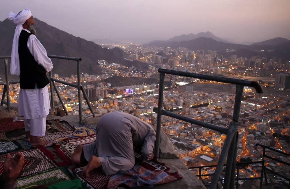 Dos musulmanes rezan en la ciudad saudí de La Meca, el pasado 16 de enero.