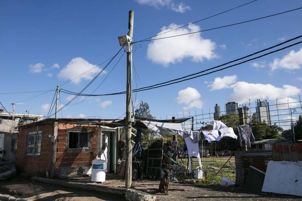 El                      lujo de Puerto Madero contrasta en forma violenta                      con la barriada Rodrigo Bueno.
