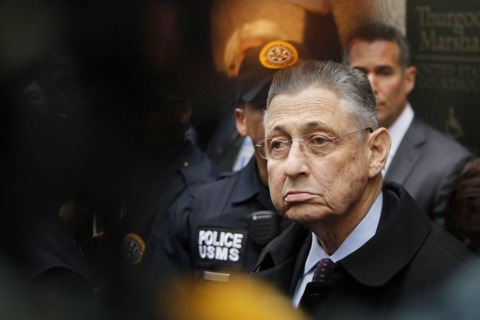 El expresidente de la Asamblea, Sheldon Silver, tras salir del juzgado en Nueva York.