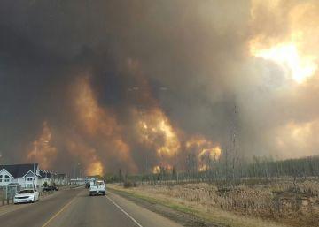 Un gran incendio forestal obliga a evacuar a 80.000 personas en Canadá