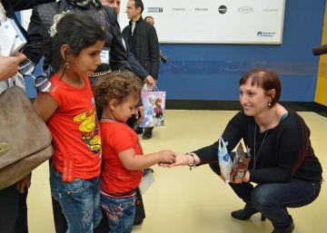 Una mujer saluda a unas niñas sirias llegadas a Roma desde Líbano.