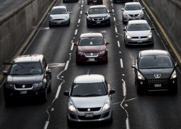 Automóviles circulan por el Viaducto de la Ciudad de México.