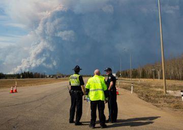 Un incendio obliga a evacuar a los habitantes de una ciudad canadiense