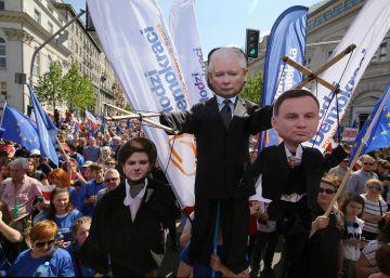 Multitudinaria manifestación en Varsovia contra el autoritarismo del Gobierno