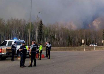 El incendio de Canadá se aleja de las zonas más pobladas, pero sigue sin control