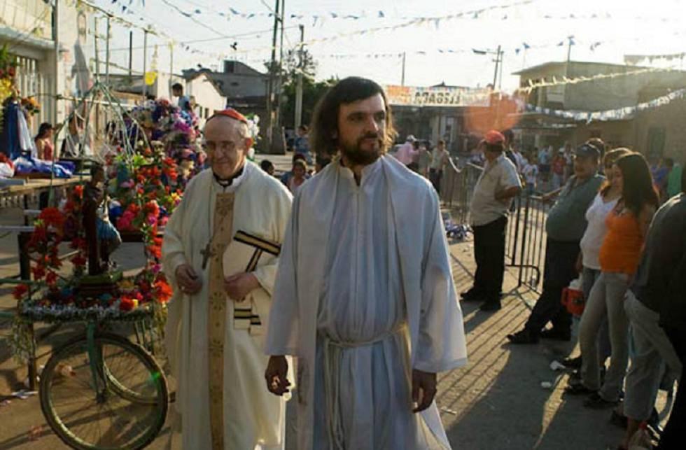 En primer plano, el padre Pepe, atrás, Francisco, antes de ser elegido Papa.