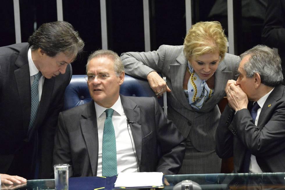 Los senadores Eunicio Oliveira, Renan Calheiros, Marta Suplicy y Raimundo Lira conversan en la Cámara Alta.
