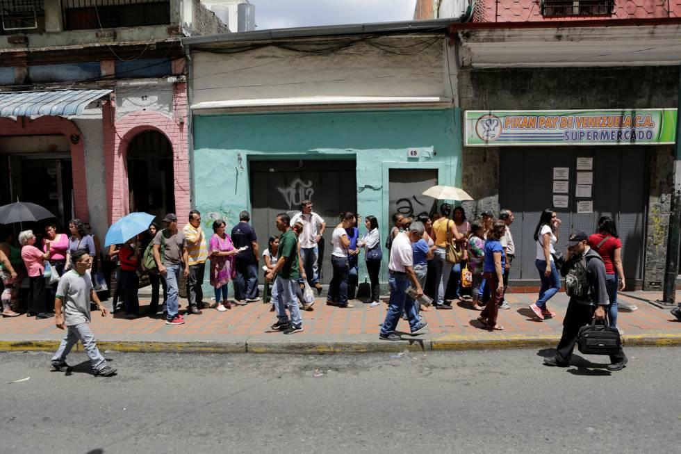 Para comprar alimentos hay que guardar largas colas en los supermercados, como este caso en Caracas.