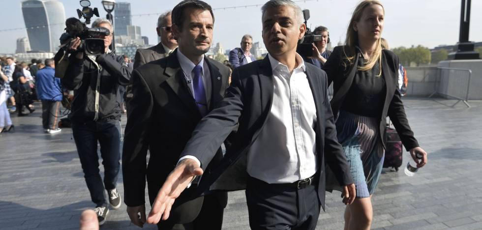 El alcalde de Londres Sadiq Khan, en su primer día de trabajo.