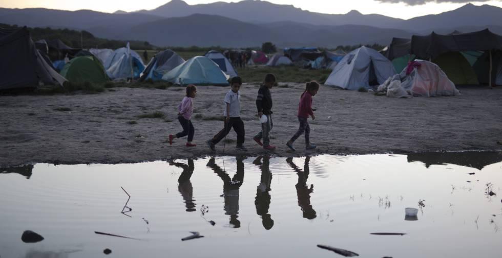 Un grupo de niños, en el campo improvisado de refugiados de Idomeni (Grecia).