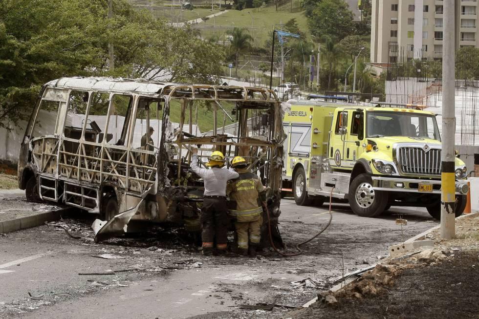 Un autobús calcinado durante un paro armado del Clan Úsuga, en abril.