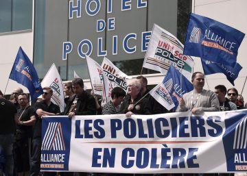 """La policía francesa se manifiesta contra el """"odio antipoli"""" y las agresiones"""