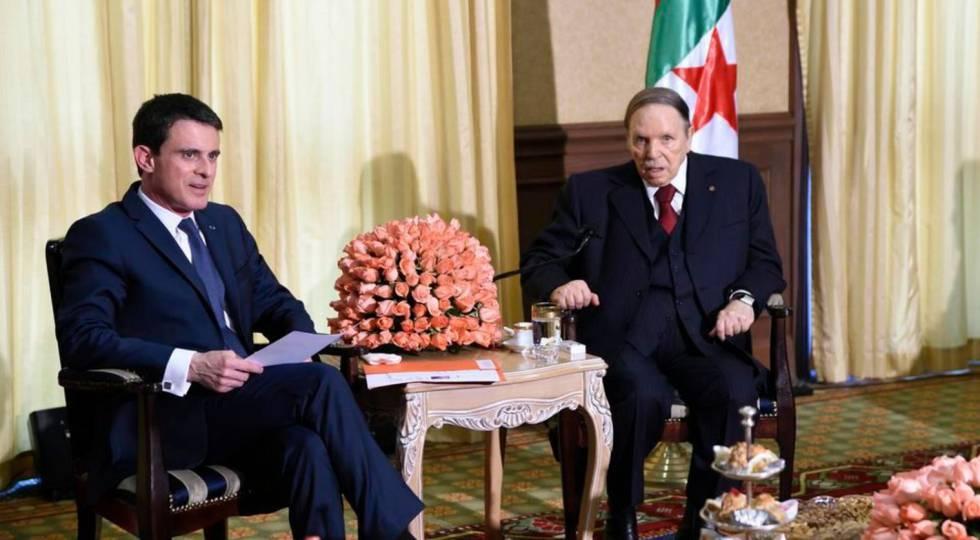 El primer ministro francés, Manuel Valls, y el presidente argelino, Abdelaziz Buteflika, el 10 de abril en Argel.