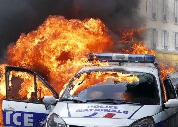 5 detenidos en París al quemar una patrulla con dos agentes dentro