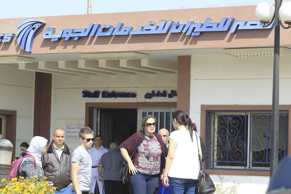 Familiares de las víctimas del vuelo MS804 llegan al aeropuerto de El Cairo.