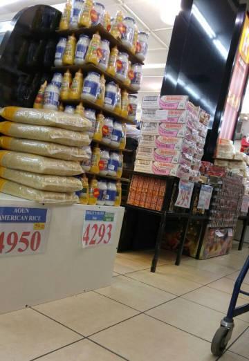 Paquetes de productos destinados al consumo de Unifil tomadas por un consumidor libanés en el supermercado Charcuterie Aoun y facilitadas por AlTaharri.com.