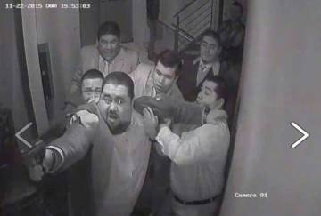 Emir Garduño apunta con un arma a alguien en un restaurante, en noviembre de 2015.