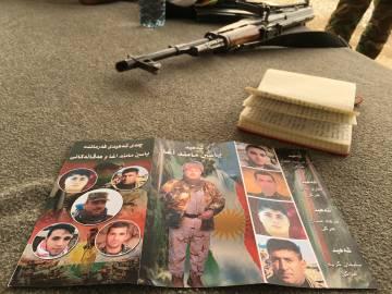 Fotos em homenagem aos peshmerga mortos em combate.