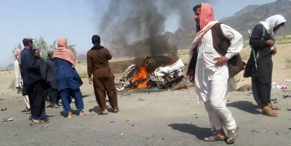 Restos del vehículo golpeado por un ataque de EEUU dirigido contra el líder de los talibanes.