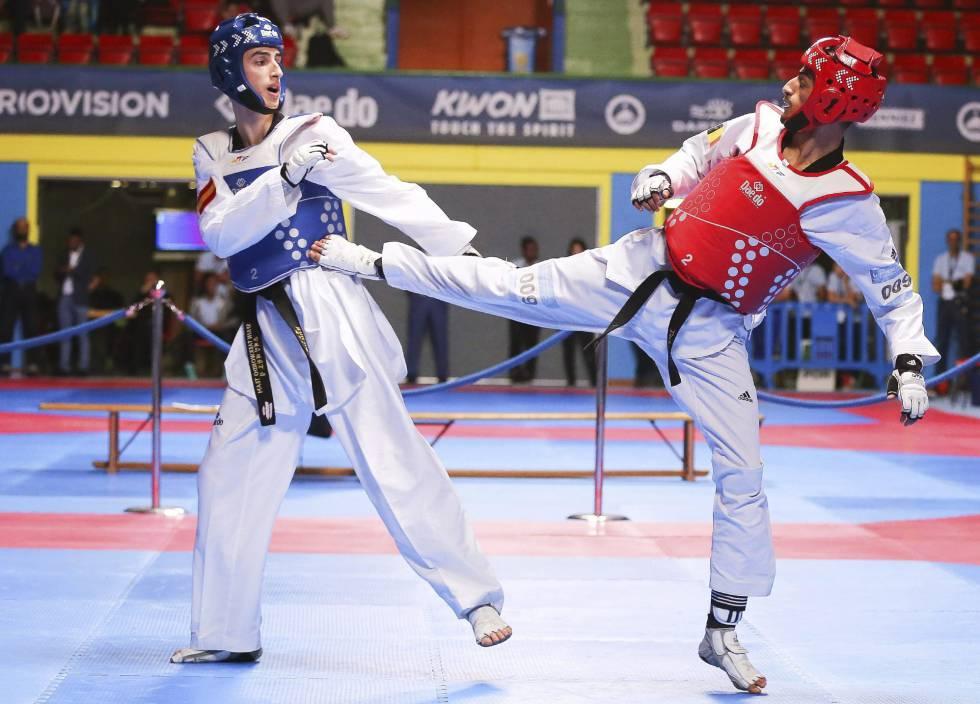 Jesús Tortosa Cabrera (i) y Mourad Laachraoui (d) durante la final de la categoría masculina de menos de 54 kg en los Campeonatos de Europa.