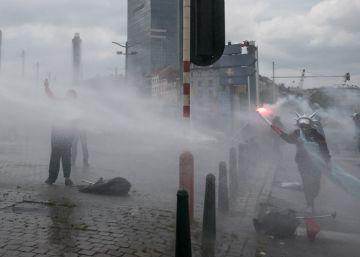 Cañones de agua contra una manifestación por la reforma laboral del Gobierno belga