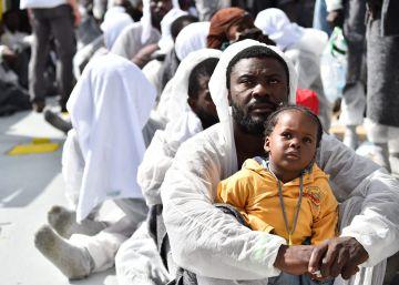 La marina italiana rescata a 500 migrantes y recupera siete cadáveres