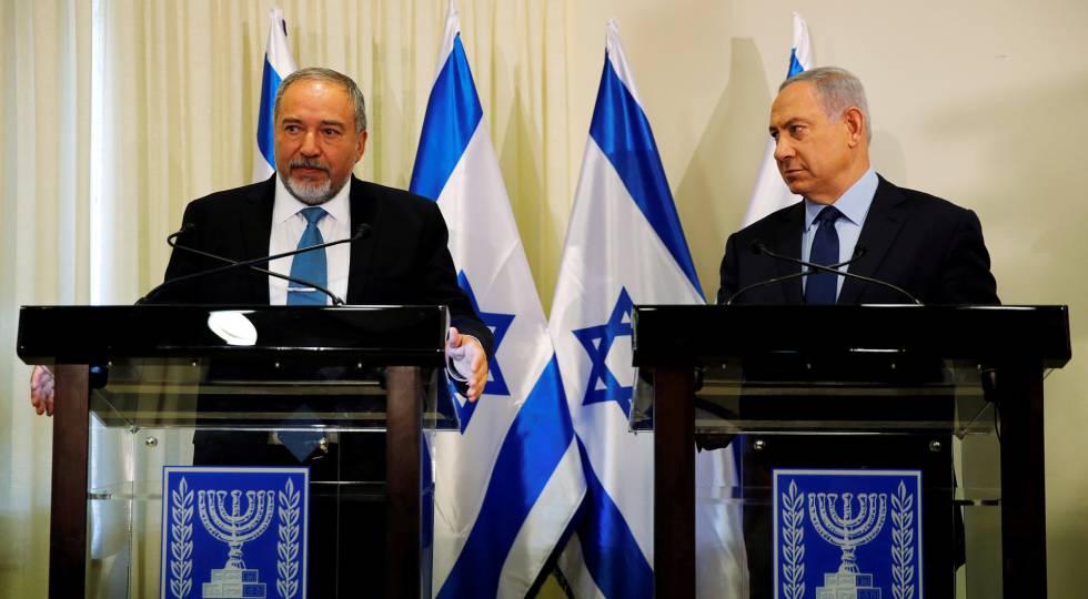 El nuevo titular de Defensa israelí, Avigdor Lieberman, y el primer ministro, Benjamin Netanyahu, este miércoles en Jerusalén.