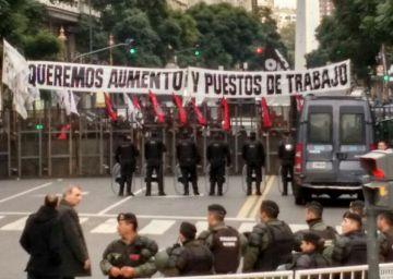 Protesta de empleados municipales durante la fiesta del 25 de mayo frente a la Casa Rosada.