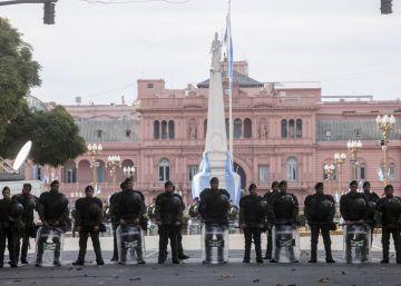 Argentina celebra su día patrio con Macri rodeado de vallas y protestas