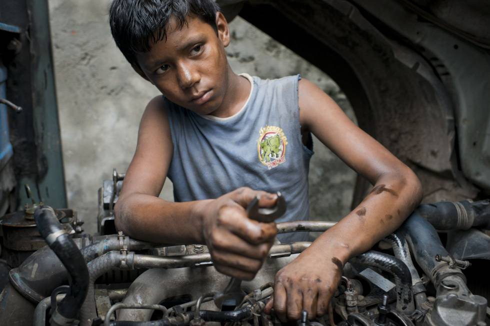 Emon Hawlader tiene 13 años y trabaja nueve horas diarias reparando motores desde hace dos años y medio.