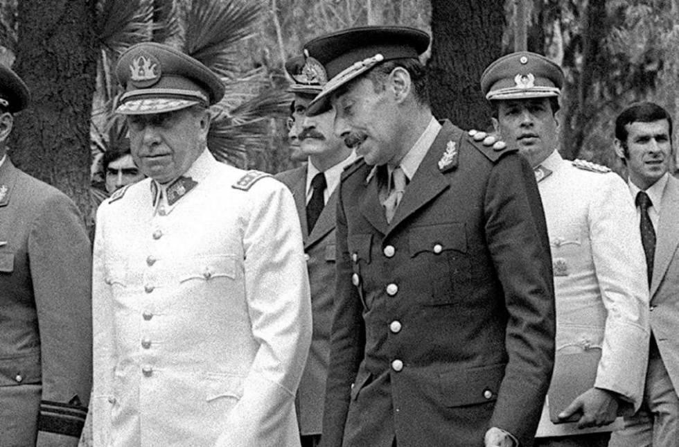 Los dictadores Augusto Pinochet (Chile) y Jorge Videla (Argentina)