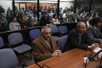El exagente de inteligencia Miguel Ángel Furci (izq.) escucha su condena.