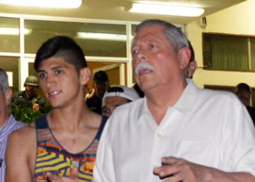 El gobernador Egidio Torre Cantu, en el centro de blanco, con el futbolista  Alan Pulido tras su liberación.
