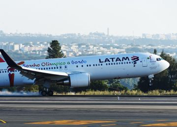 Un avión de Latam aterriza en Brasilia.